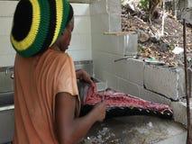 Filettamento del pesce grande nei Caraibi stock footage