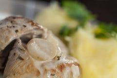 Filetti arrostiti della carne di maiale con il sugo del fungo del fungo prataiolo Immagine Stock Libera da Diritti