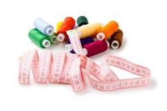 Filetti Multi-colored delle bobine con nastro adesivo di misurazione Immagini Stock