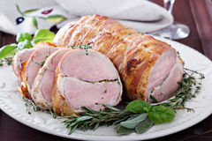 Filetto arrostito della carne di maiale con le erbe fotografie stock