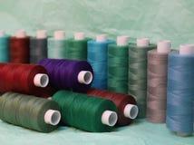 Filetto colorato per cucire Fili in bobine fotografia stock