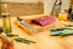 Filetto della carne cruda a bordo del primo piano, nessuno fotografia stock