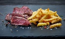 Filetto di bue arrostito del manzo e patate fritte fotografie stock libere da diritti