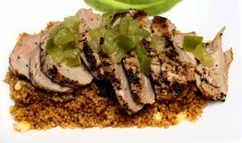 Filetto di carne di maiale con i peperoni verdi e la quinoa Immagini Stock Libere da Diritti