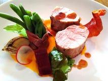 Filetto di carne di maiale con i fagiolini ed il bacon immagine stock libera da diritti