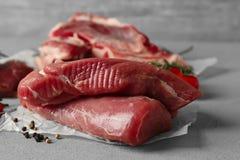 Filetto di carne di maiale fresco sulla tavola grigia fotografia stock libera da diritti