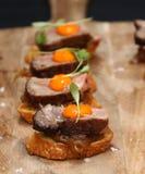 Filetto di manzo con gli aperitivi del tuorlo d'uovo Fotografia Stock