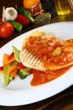 Filetto di pesce con salsa al pomodoro Immagini Stock Libere da Diritti