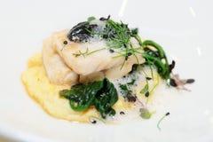Filetto di pesce cotto a vapore con la poltiglia e le erbe della patata Immagini Stock