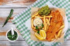 Filetto di pesce di Fried Beer Batter con le patate fritte fotografia stock libera da diritti