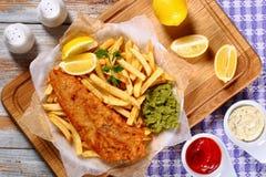 Filetto di pesce di Fried Beer Batter con le patate fritte immagine stock libera da diritti