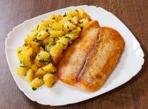 Filetto di pesce e patate fritti immagini stock