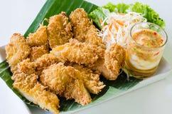 Filetto di pesce fritto con le verdure su fondo bianco Immagini Stock Libere da Diritti