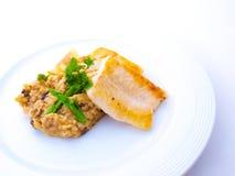 Filetto di pesce gastronomico con Risotto sulla zolla bianca Fotografia Stock