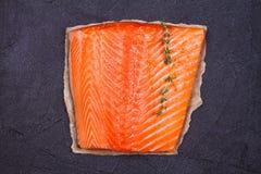 Filetto di pesce, limone, limetta ed erbe di color salmone: il basilico, la salvia, la menta, gli spinaci, il coriandolo, il timo Fotografie Stock
