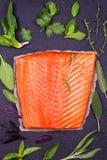 Filetto di pesce, limone, limetta ed erbe di color salmone: il basilico, la salvia, la menta, gli spinaci, il coriandolo, il timo Immagine Stock