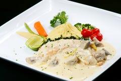 Filetto di pesce in salsa bianca Immagini Stock Libere da Diritti