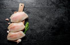 Filetto di pesce su un supporto di legno con i chiodi di garofano di aglio e dell'aneto immagini stock