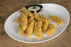 Filetto impanato del pollo con i fiocchi di granturco, completato con la salsa della aneto-maionese con aneto fotografie stock libere da diritti