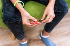 Fileur de personne remuante Fileur rouge de main, jouet remuant de main tournant sur la main du ` s d'enfant Détente Anti adhd AT Images stock