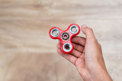 Fileur de personne remuante Fileur rouge de main, jouet remuant de main tournant sur la main du ` s d'enfant Détente Anti adhd AT Image stock