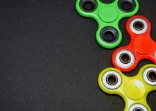 Fileurs colorés intelligents de doigt de personne remuante sur le fond foncé Image stock
