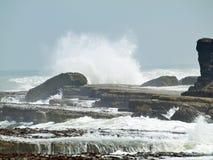 Filey双桅船挥动碰撞在岩石上 免版税库存图片
