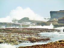 Filey双桅船挥动碰撞在岩石上 图库摄影