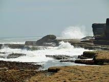 Filey双桅船挥动碰撞在岩石上 库存照片