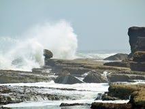 Filey双桅船挥动碰撞在岩石上 库存图片