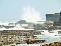 Filey碰撞在岩石的双桅船波浪 免版税库存图片