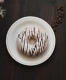 Filhós branca com chocolate na tabela marrom Foto de Stock