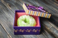Filhós colorida em uma caixa de presente roxa bonita Imagem de Stock