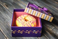 Filhós colorida em uma caixa de presente roxa bonita Fotos de Stock