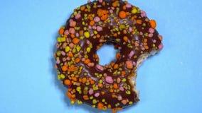 Filhós doce deliciosa que gerencie no fundo colorido vídeos de arquivo