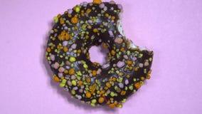 Filhós doce deliciosa que gerencie no fundo colorido video estoque