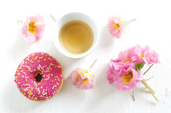 Filhós e café cor-de-rosa Fotografia de Stock Royalty Free