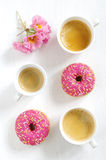 Filhós e café cor-de-rosa Fotografia de Stock