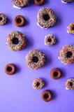 Filhóses cozidas chocolate em um fundo violeta vitrificado e no deco Imagem de Stock Royalty Free