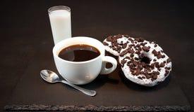 Filhóses de Oreo dos anéis de espuma do whitecup do leite de Blackcoffee Imagem de Stock Royalty Free