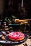 Filh?s na crosta de gelo com porcas em uma trufa de chocolate em um restaurante imagens de stock royalty free
