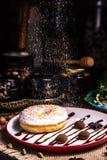 Filh?s na crosta de gelo com porcas em uma trufa de chocolate em um restaurante Crosta de gelo pulverizada imagem de stock royalty free