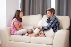 Filha adolescente e sua mãe no sofá Fotos de Stock