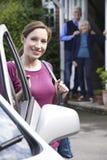 Filha adulta que visita pais superiores em casa imagem de stock royalty free