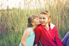 A filha beija sua mãe favorita no mordente Imagem de Stock Royalty Free