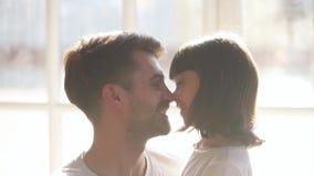 Filha bonito da criança e pai de amor feliz que afagam tocando nos narizes filme