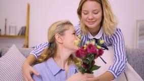 A filha dá flores para serir de mãe vídeos de arquivo