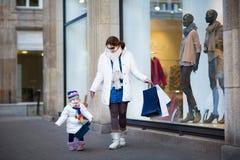 Filha da jovem mulher e da criança que aprecia a compra Imagens de Stock Royalty Free