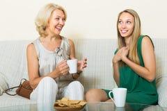 Filha da mãe e do adulto no sofá Fotos de Stock Royalty Free