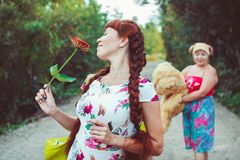 Filha da mãe e do adulto que anda na natureza Foto de Stock Royalty Free